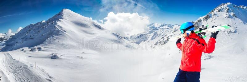 Obsługuje cieszyć się oszałamiająco widok przed narciarstwem w sławnym narciarskim resorze fotografia stock