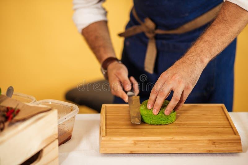 Obsługuje cuttung świeżą zieloną babeczkę dla robić hamburgerowi indoors, karmowy i biznesowy, pojęcie zdjęcia royalty free