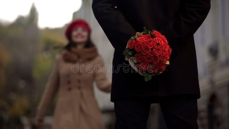 Obsługuje czekanie dla dziewczyny, mienie kwiaty, pierwszy data, zaczynać powiązania obrazy royalty free