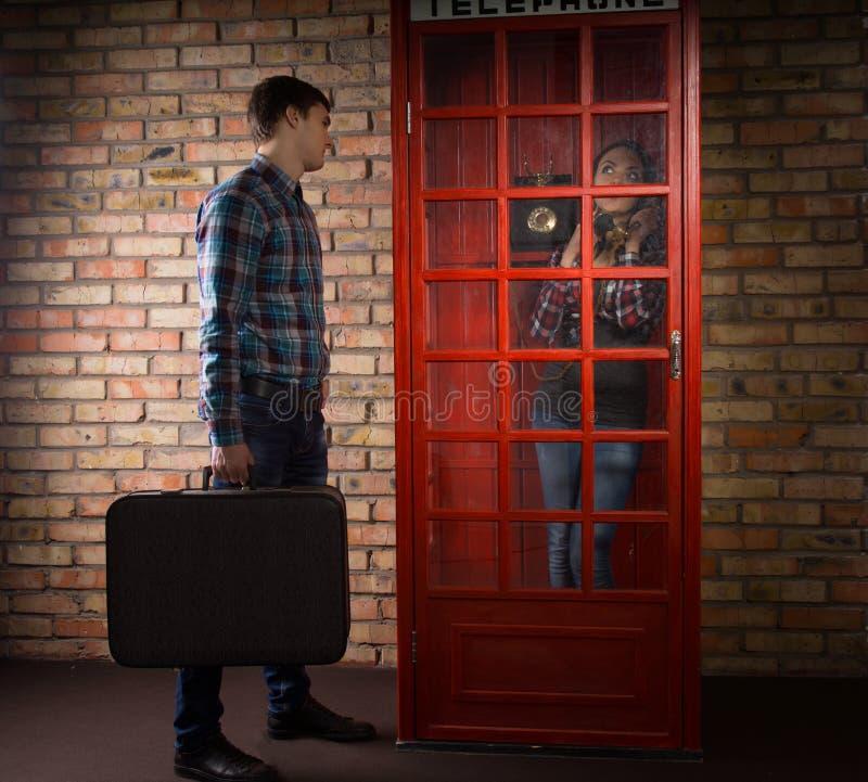 Obsługuje czekanie na zewnątrz telefonu budka dla jego żony zdjęcia stock