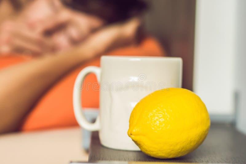 Obsługuje czuciowego zimno, kłamający w łóżku napojach i herbata i miary temperaturowi z termometrem zdjęcie royalty free