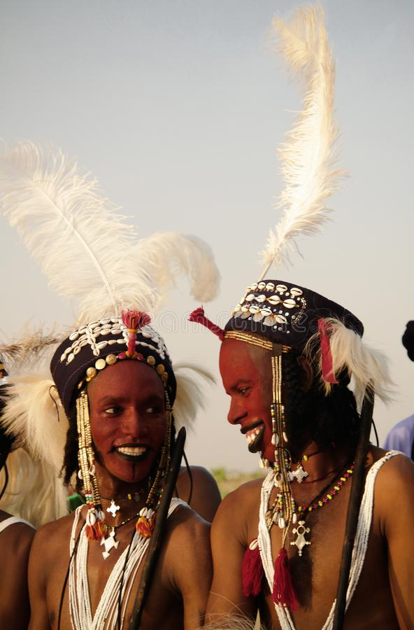 Obsługuje dancingowego Yaake tana i śpiewa przy Guerewol festiwalem w InGall wiosce, Agadez, Niger fotografia stock