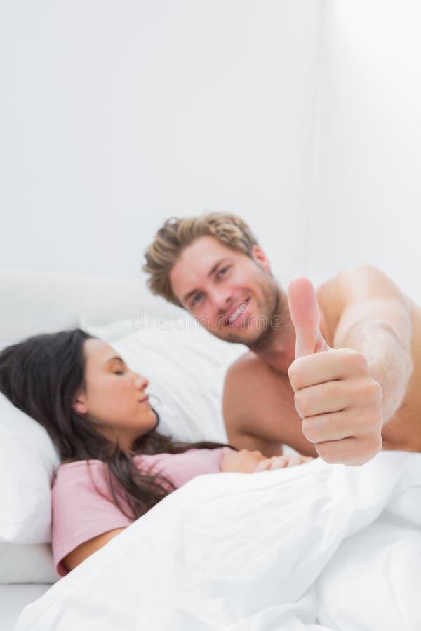 Obsługuje Dawać Kciukowi Up Obok Jego Sypialnego Partnera Obraz Stock