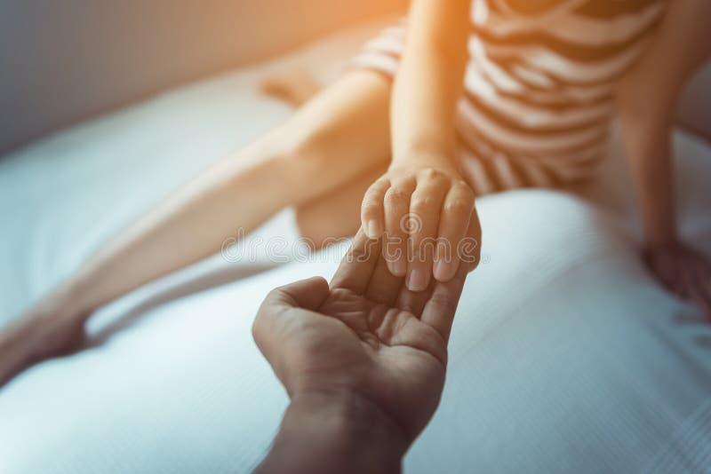 Obsługuje dawać ręce przygnębiona kobieta, psychiatra mienia ręk pacjent, Umysłowy opieki zdrowotnej pojęcie zdjęcia stock
