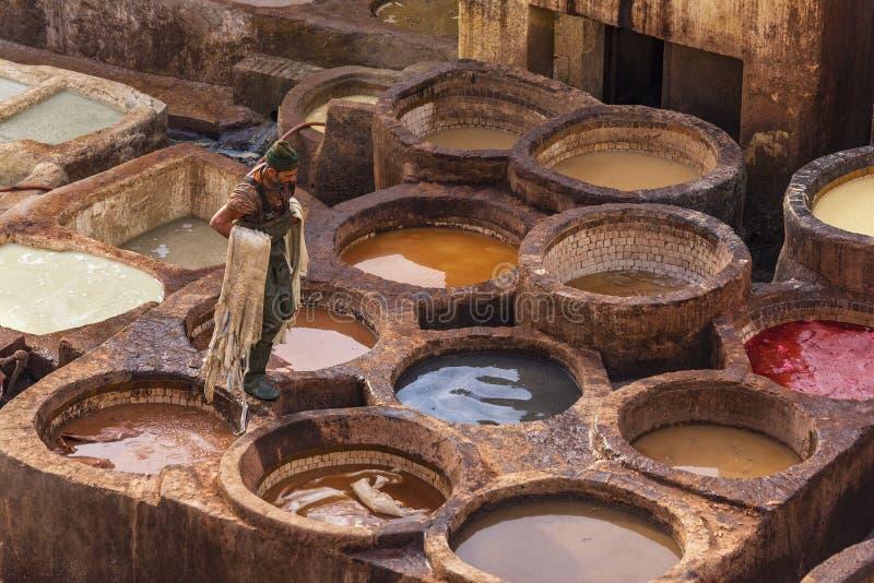 Obs?uguje dzia?anie w rzemiennych garbarniach w Fes, Maroko zdjęcie stock