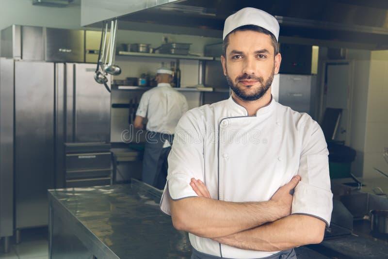 Obsługuje japońskiej restauraci szefa kuchni kucharstwo w kuchni obraz royalty free