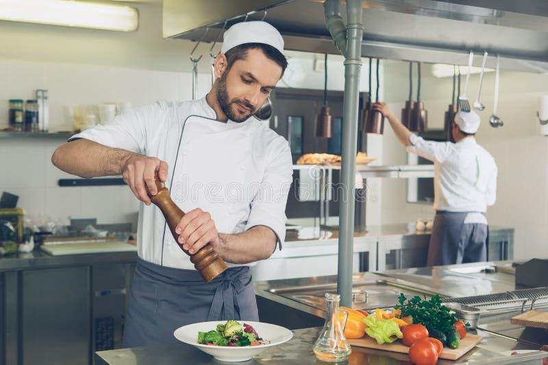 Obsługuje japońskiej restauraci szefa kuchni kucharstwo w kuchni zdjęcie royalty free