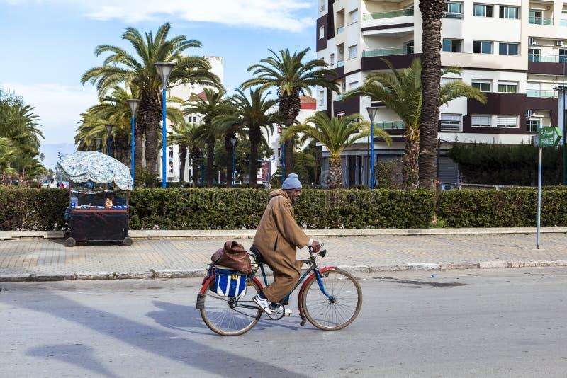 Download Obsługuje Jeździeckiego Bicykl Na Ulicie Meknes, Maroko Obraz Stock Editorial - Obraz złożonej z przyciąganie, rozwojowy: 53786904
