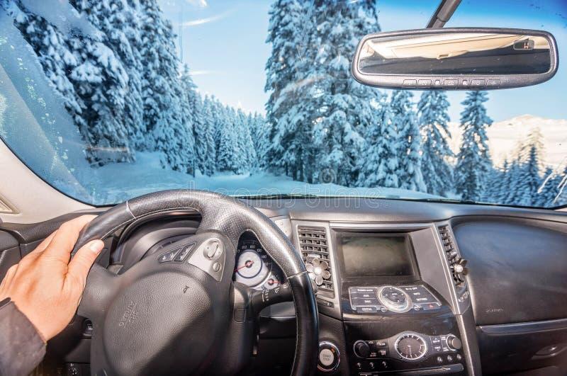 Obsługuje jechać samochód wzdłuż śnieg zakrywającej ulicy zdjęcie stock