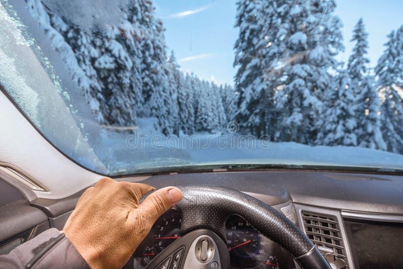 Obsługuje jechać samochód wzdłuż śnieg zakrywającej ulicy zdjęcia royalty free