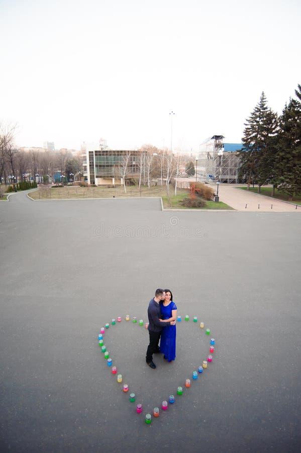 Obsługuje jego dziewczyny pytać jeżeli chce poślubiać on zdjęcie stock
