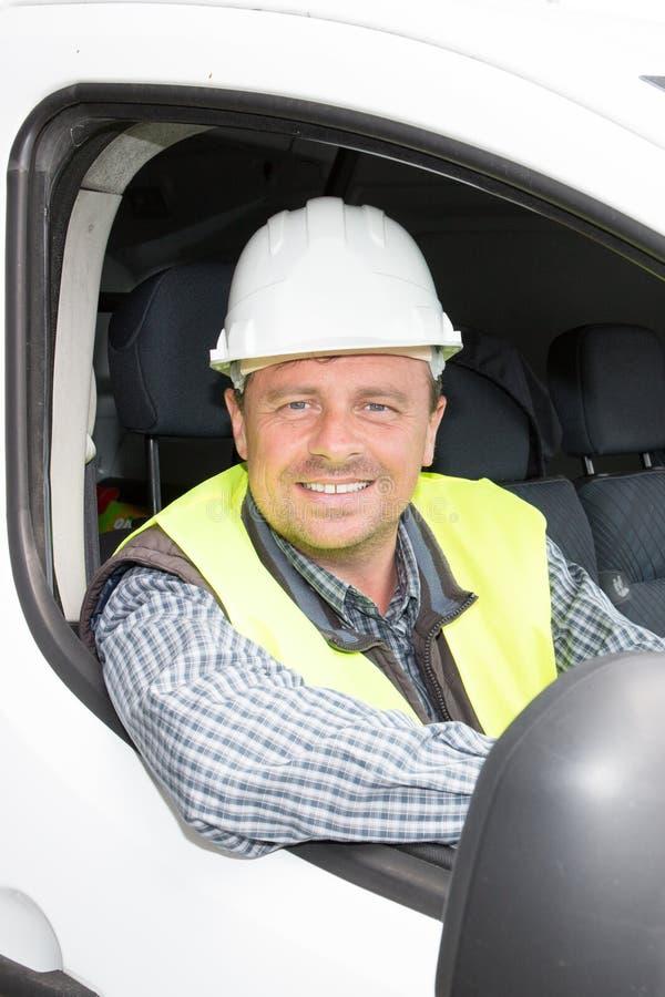 obsługuje kierowcy w samochodzie dostawczym przy budową jak inżyniera architekt obrazy stock