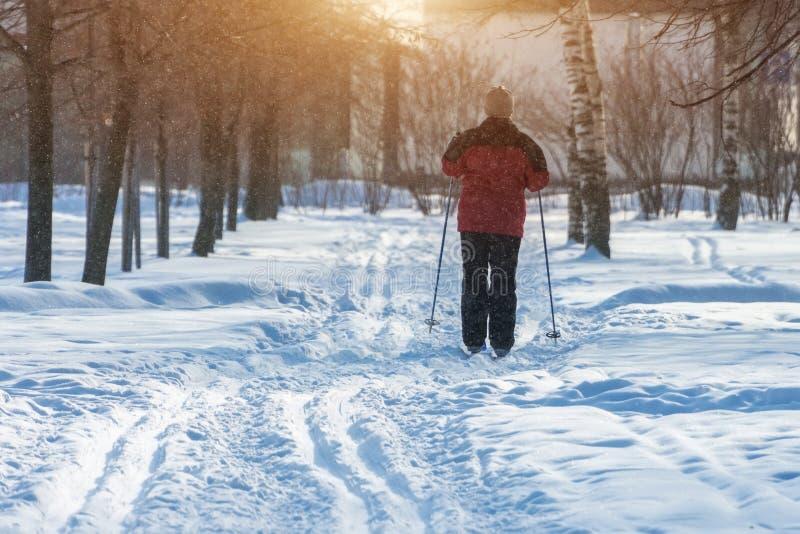 Obsługuje kobiety na narciarstwie w zimie w parku na mroźnym dniu zdjęcia royalty free