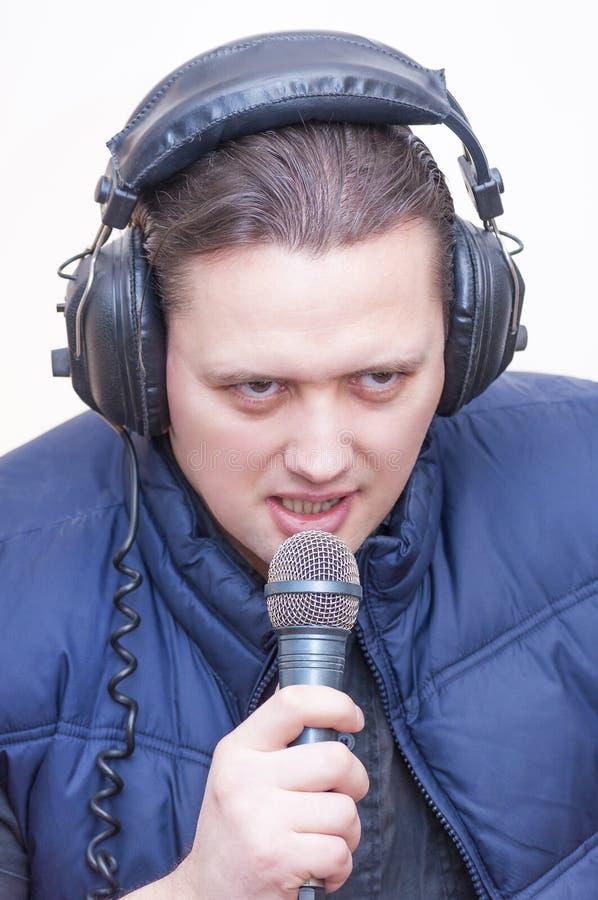 Obsługuje komentatora z mikrofonem i hełmofonami na jego głowa obrazy royalty free