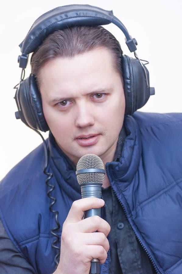 Obsługuje komentatora z mikrofonem i hełmofonami na jego głowa fotografia royalty free