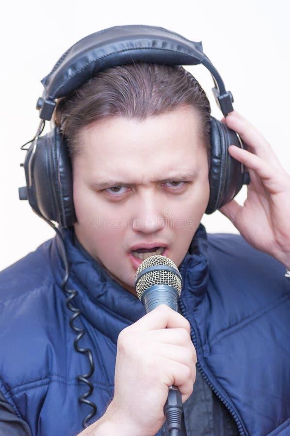 Obsługuje komentatora z mikrofonem i hełmofonami na jego głowa zdjęcia stock