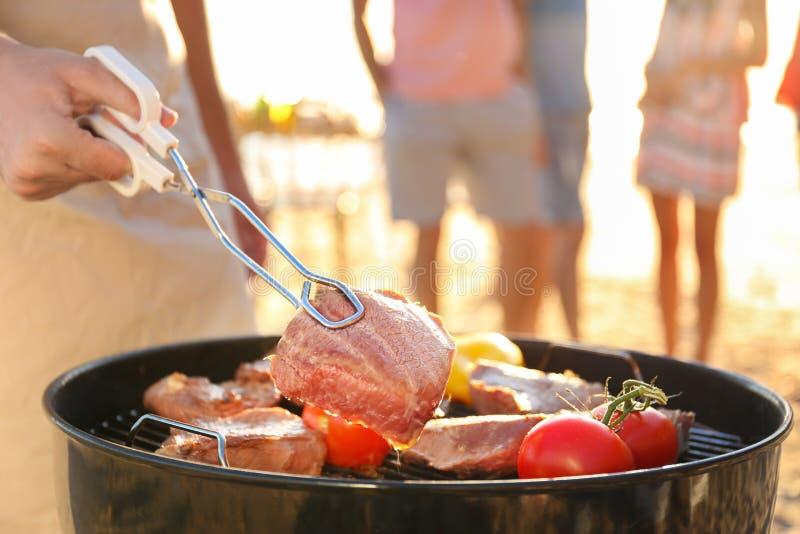 Obsługuje kulinarnych stki i warzywa na grilla grillu obraz royalty free