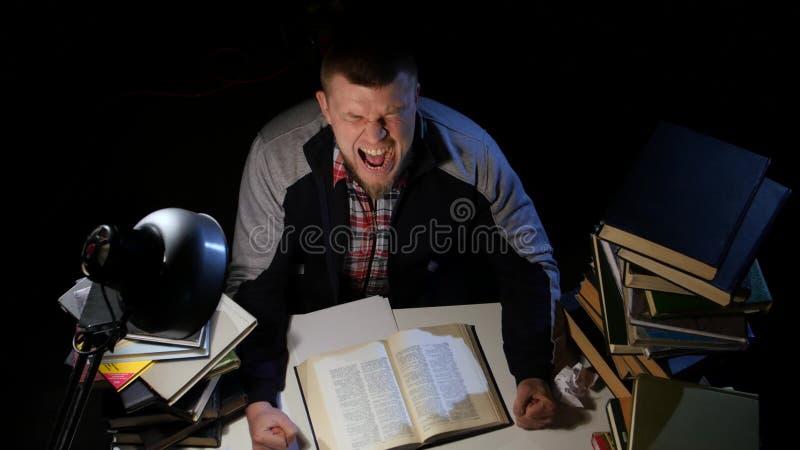 Obsługuje leafing przez książki i no mógł znajdować co jest przyglądający dla rastroilas i gniewny Czarny tło Widok od zbiory wideo