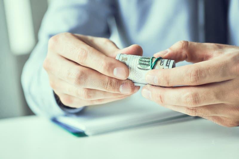 Obsługuje mienia cutlet dolarów amerykańskich banknoty w rękach Pieni?dze kredytowy poj?cie Stonowany obrazek zdjęcie stock