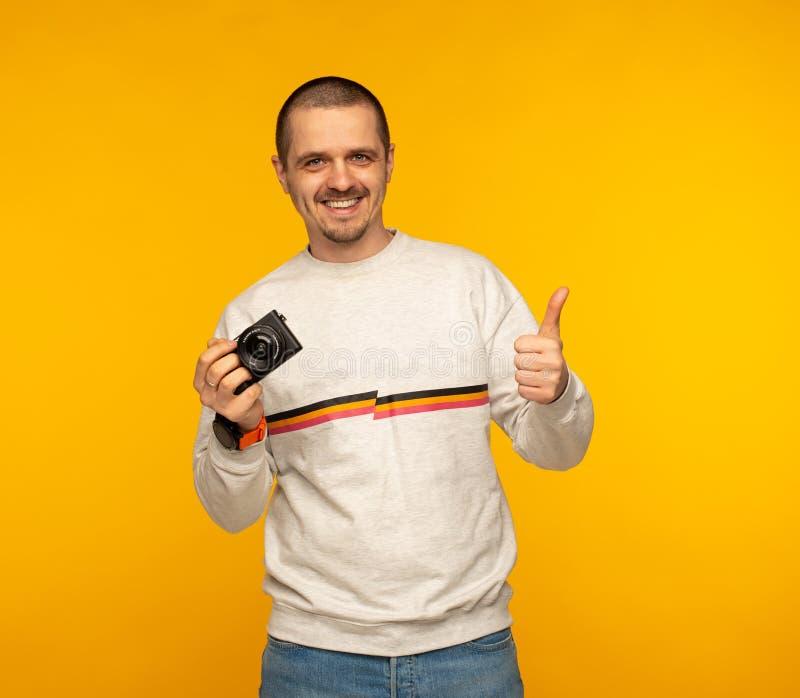 Obsługuje mienie kamerę, pokazuje aprobaty i obrazy stock