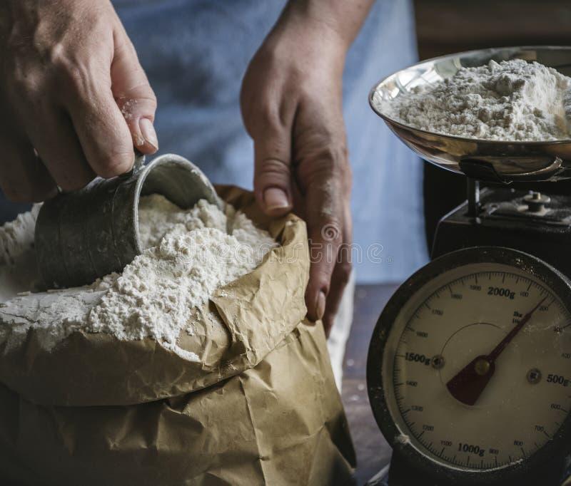 Obsługuje mierzyć mąkę ważącą skala zdjęcia stock