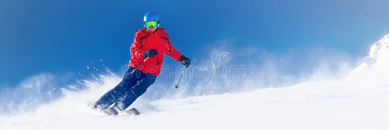 Obsługuje narciarstwo na przygotowanym skłonie z świeżym nowym prochowym śniegiem w A obraz royalty free