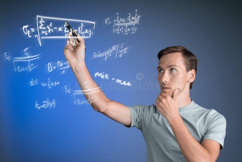 Obsługuje naukowa lub ucznia pracuje z różnorodnymi szkół średnich maths i nauk formułami zdjęcie stock