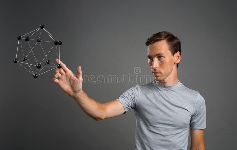 Obsługuje naukowa pracuje z modelem molekuła lub krystaliczna kratownica zdjęcie stock