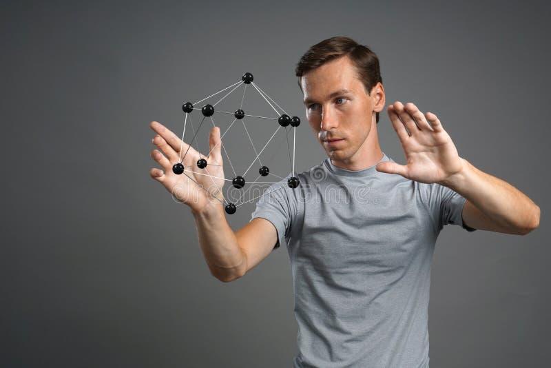 Obsługuje naukowa pracuje z modelem molekuła lub krystaliczna kratownica zdjęcia stock