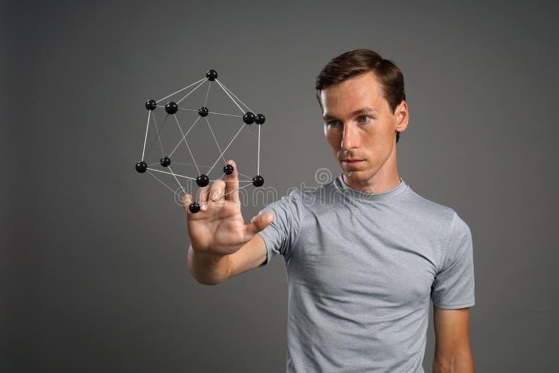 Obsługuje naukowa pracuje z modelem molekuła lub krystaliczna kratownica zdjęcie royalty free