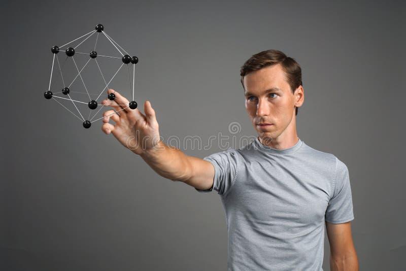 Obsługuje naukowa pracuje z modelem molekuła lub krystaliczna kratownica fotografia stock
