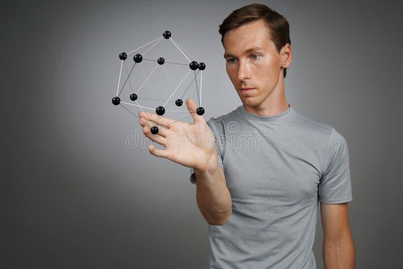 Obsługuje naukowa pracuje z modelem molekuła lub krystaliczna kratownica fotografia royalty free