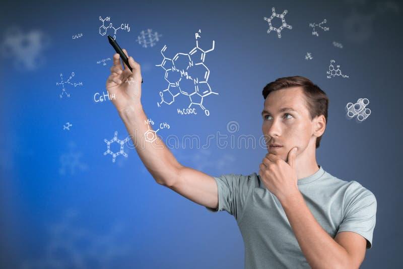 Obsługuje naukowa z stylus lub pisze działanie z chemicznymi formułami na błękitnym tle zdjęcia stock