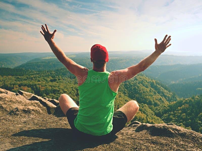 Obsługuje obsiadanie na wierzchołku góra w joga pozie Ćwiczy joga na krawędzi z breathtaking widokiem zdjęcie stock
