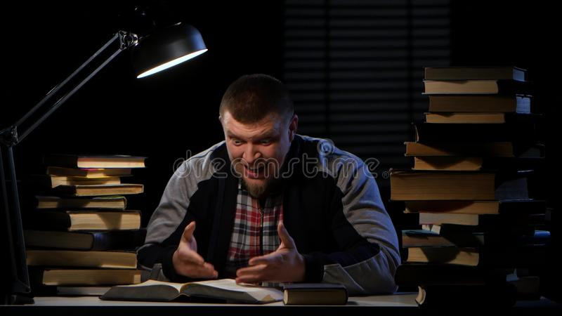 Obsługuje obsiadanie przy czytaniem, znalezienie informacją i szczęśliwym stołowymi, Czarny tło zdjęcie wideo