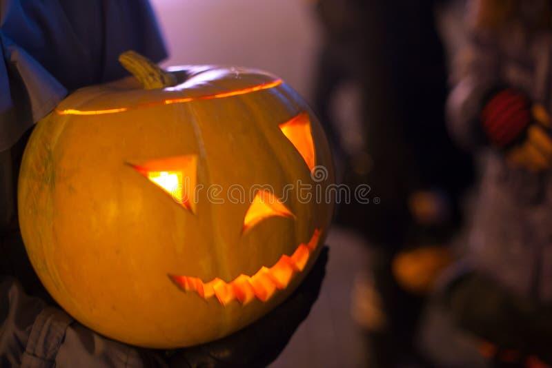 Obsługuje obwieszenie wyginającej się bani z świeczkami inside przy Halloween fotografia royalty free