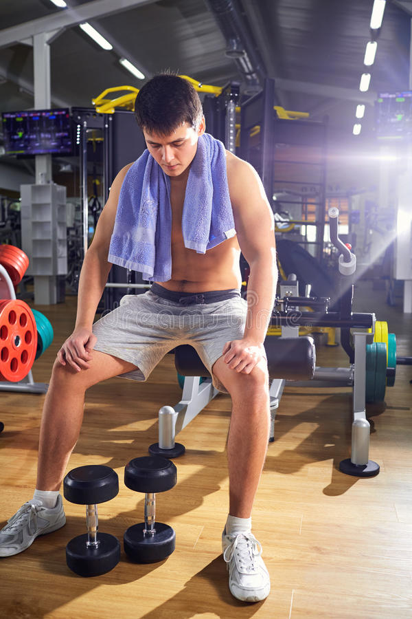 Obsługuje odpoczywać gym po treningu trainingin zdjęcia stock