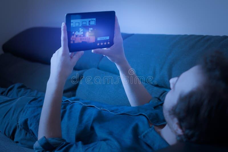 Obsługuje oglądać seriale telewizyjnych na lać się z cyfrową pastylką zdjęcia royalty free