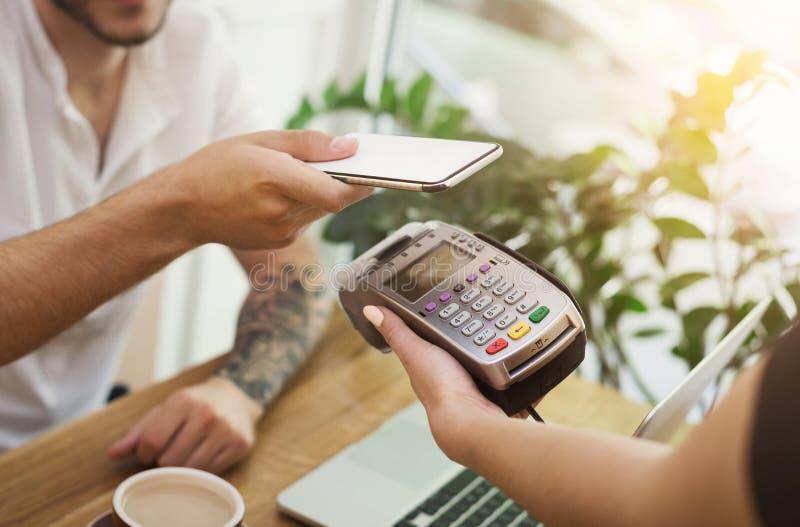 Obsługuje płacić rachunek przez smartphone używać NFC technologię zdjęcia royalty free