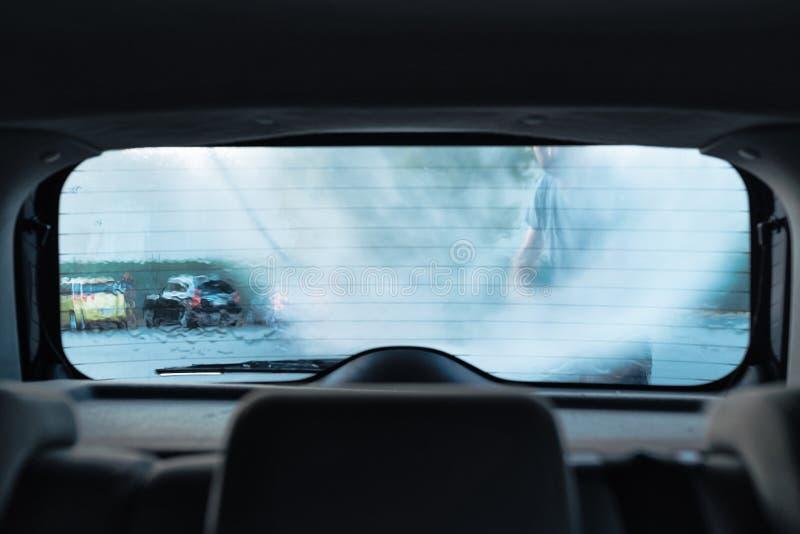 Obsługuje płuczkowego samochód w samoobsługowej samochodowego obmycia staci zdjęcia stock