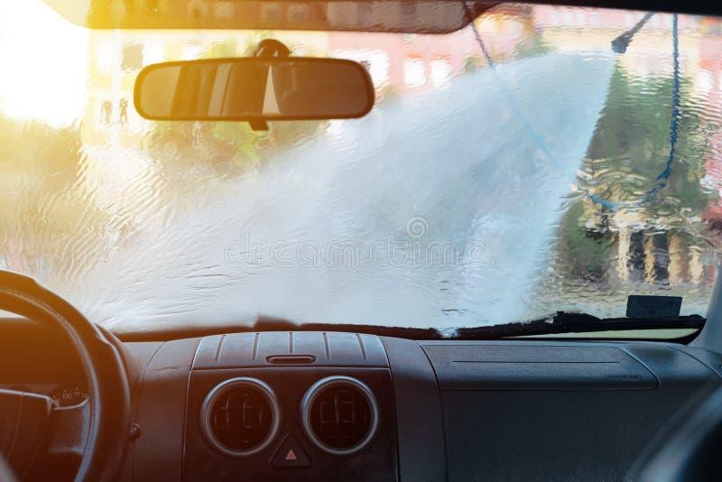 Obsługuje płuczkowego samochód w samoobsługowej samochodowego obmycia staci zdjęcie royalty free