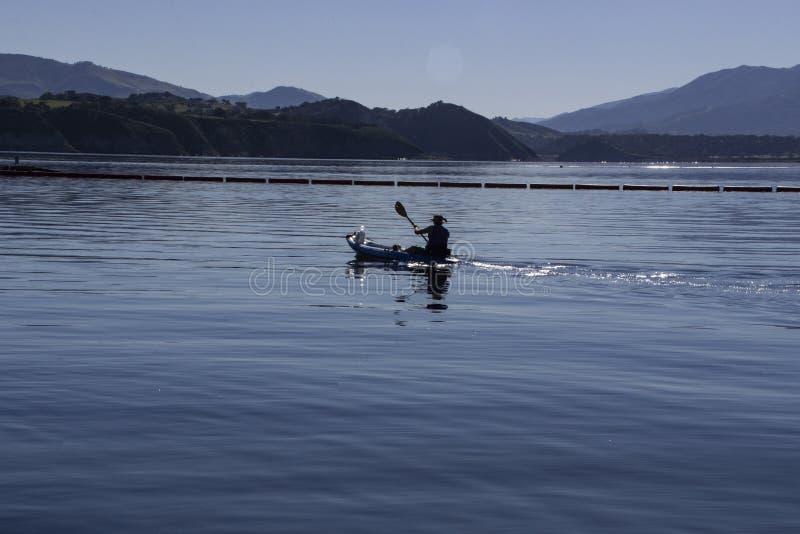 Obsługuje Paddling przez nowego pozioma wodego przy Cachuma jeziorem, Santa Barbara okręg administracyjny obrazy stock