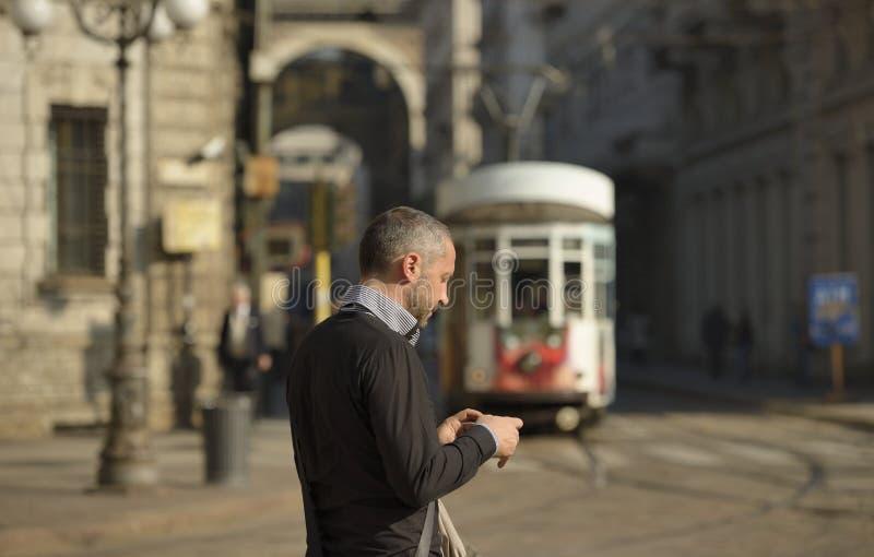 Mężczyzna i przybywający tramwaj, Mediolan fotografia royalty free