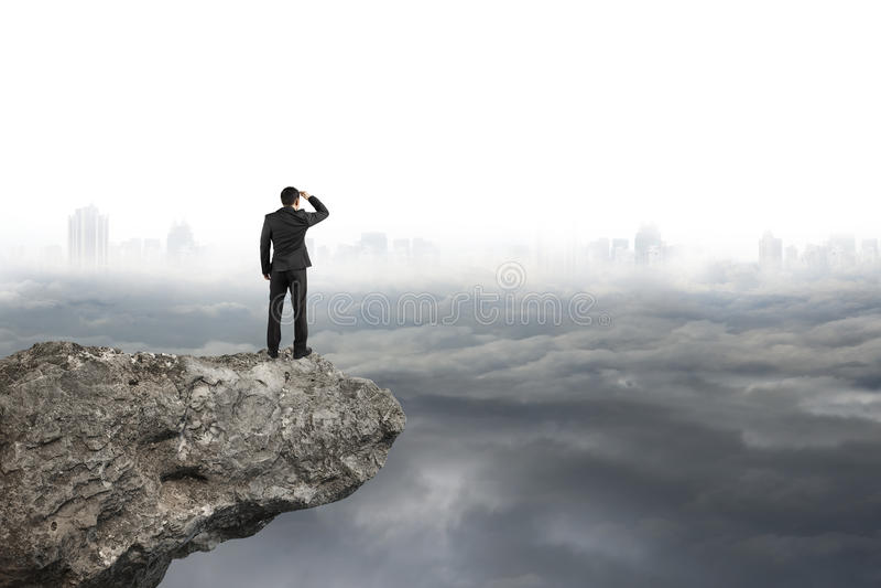 Obsługuje patrzeć na falezie z szarym chmurnego nieba pejzażu miejskiego tłem fotografia stock
