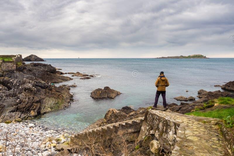 Obsługuje patrzeć wybrzeże Vizcaino wioska Mundaca na pięknym chmurnym dniu fotografia royalty free