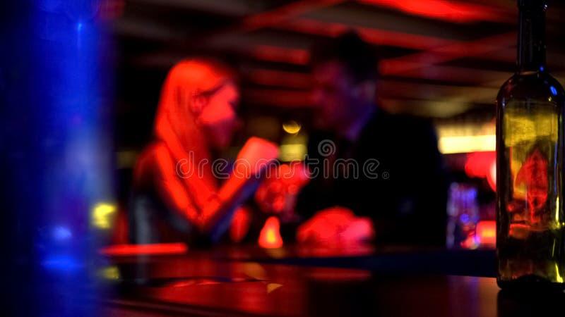 Obsługuje pierwszego spotkania z damą w klubie nocnym, opowiada prywatnie, romantyczna atmosfera zdjęcia royalty free