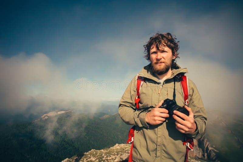 Obsługuje podróżnika z fotografia plecaka i kamery wycieczkować obrazy royalty free