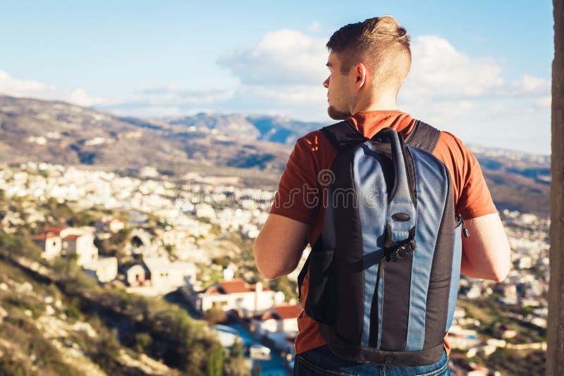 Obsługuje podróżnika z plecakiem cieszy się naturalnych otoczenia fotografia royalty free