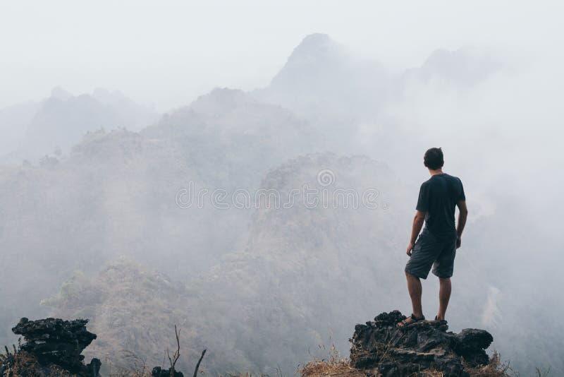 Obsługuje pozycję na skale przegapia tropikalne góry przy wschód słońca mgłowym rankiem w Hpa-an, Myanmar zdjęcia royalty free