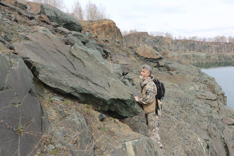 Obsługuje pozycję przy skałą na brzeg zalewający łup zdjęcia stock